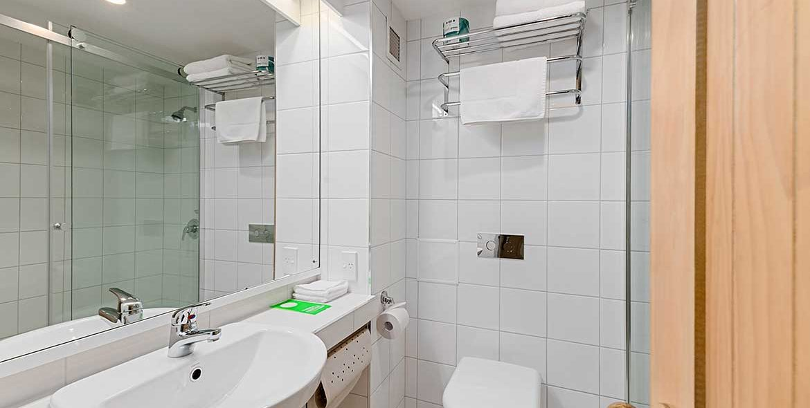 Large Studio Hotel Ensuite Bathroom